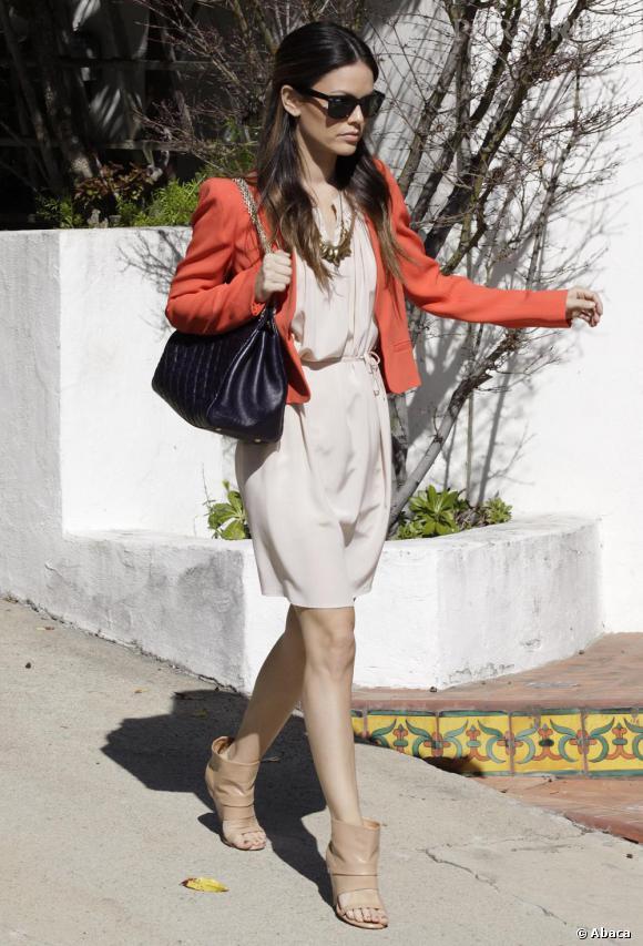 Dernier look coup de coeur : robe fluide printanière et bottines ouvertes sur le devant, Rachel se met à l'heure d'été et n'oublie pas la veste corail pour être pile dans la tendance 2011.