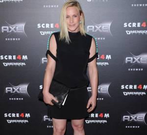 Robe noire trop courte compte tenu de ses jambes toniques, bretelles bijoux et coiffure limite crado, Patricia Arquette retombe dans l'âge ingrat.