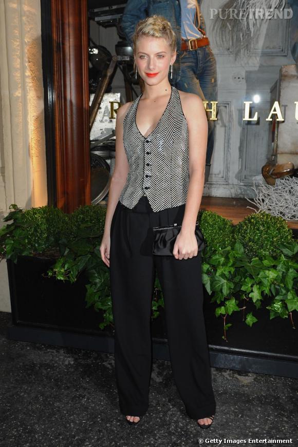 Mélanie Laurent parie sur un look masculin avec un gilet d'homme sans manches. Le plus ? La bouche ultra glamour.