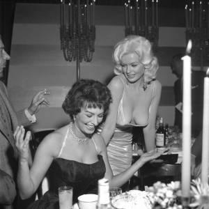 Sophia Loren et Jayne Mansfield dont les poitrines sont devenues iconiques