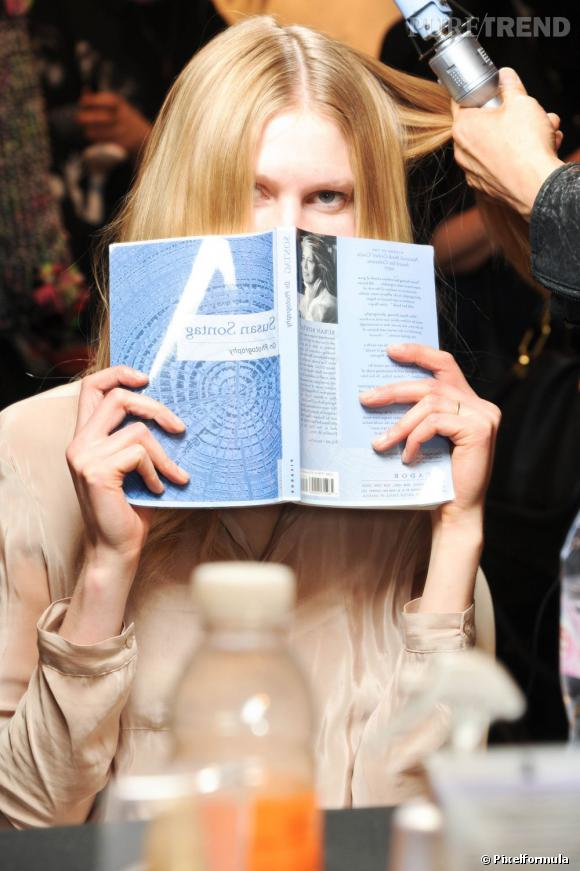 Que lisent les tops en backstage ? Un roman de Susan Sontag.