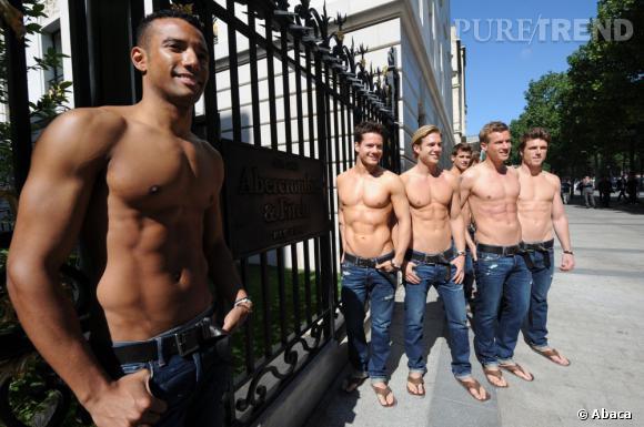 Les garçons torse-nus d'Abercrombie & Fitch : ce matin, mercredi 12 mai sur les Champs-Elysées.