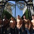 Les garçons torse nus d'Abercrombie & Fitch ce matin, mercredi 12 mai sur les Champs Elysées.