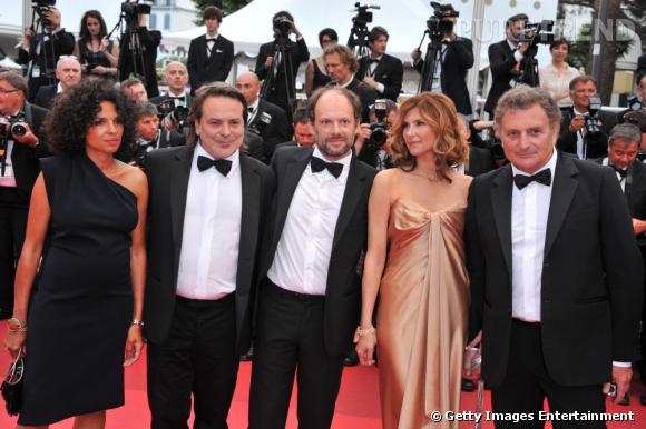 Denis Podalydès qui incarne Nicolas Sarkozy dans le film , entouré des autres acteurs du film et du réalisateur Xavier Durringer.