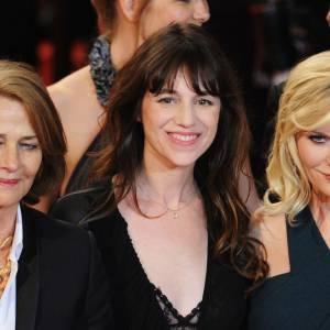 """Charlotte Rampling, Charlotte Gainsbourg et Kirsten Dunst montent les marches pour le film """"Melancholia"""" de Lars Von Trier."""