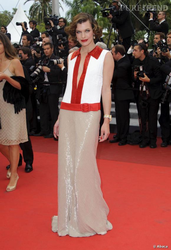 Milla Jovovich, très rétro, dans sa robe Prada.