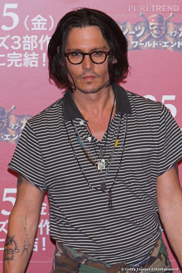 Johnny Depp, sexy en polo avec une tonne de grigris autours du cou.