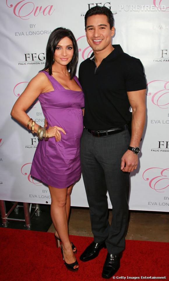 L'acteur Mario Lopez a aisément remplacé sa chemise par un polo noir.