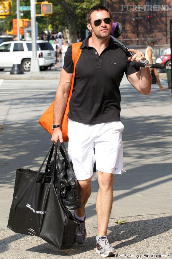 Hugh Jackman apporte une touche de chic à sa tenue en misant sur le polo noir.
