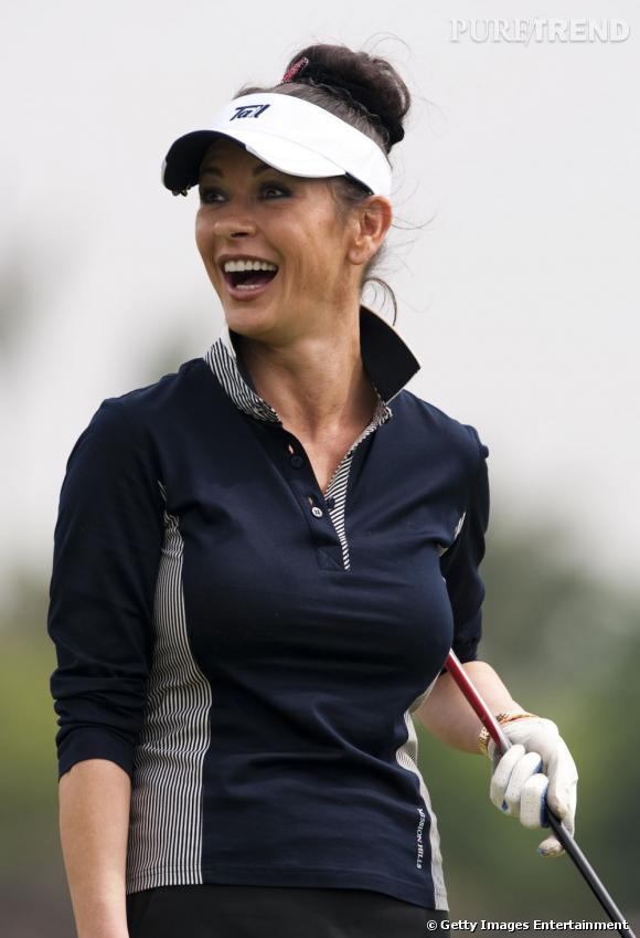 Catherine Zeta-Jones s'essaie au golf et à la tenue vestimentaire qui l'accompagne.