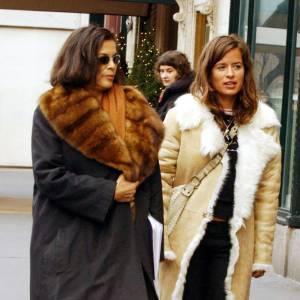 Bianca et Jade Jagger en long manteau de fourrure pour une promenade à Manhattan. Un style à la fois chic et décontracté.