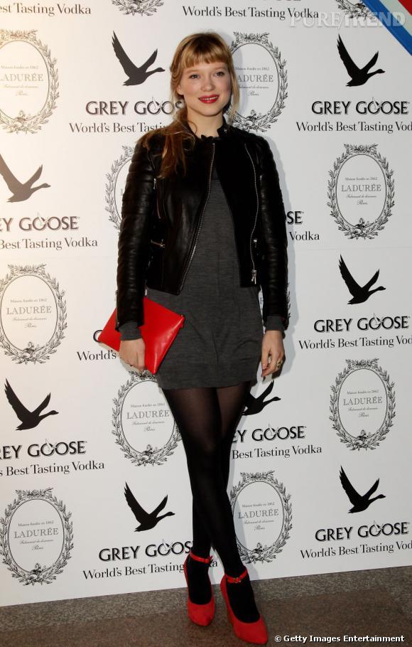 En total look noir, la belle mise sur des escarpins rouges pour donner une touche de couleur à sa tenue. Audacieux.