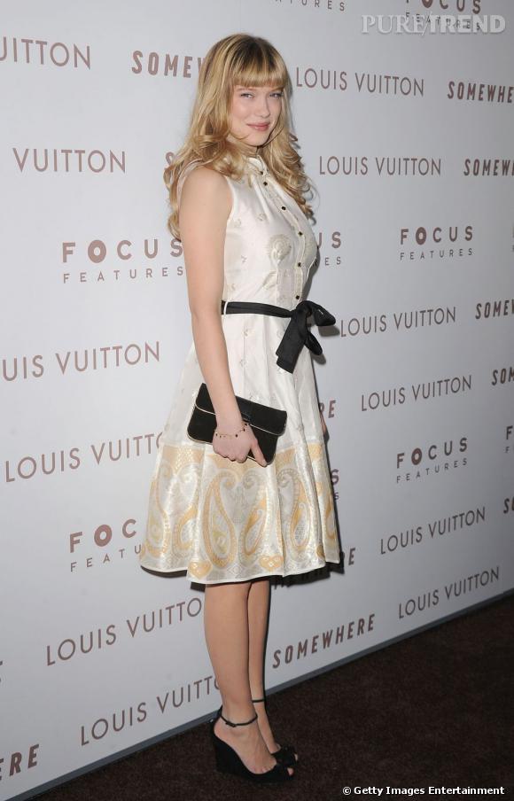 Léa, en robe crème, joue les jolies demoiselles printanières, un style qui lui va bien.
