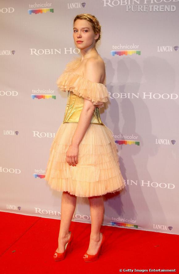Léa Seydoux joue les princesses romaines version moderne évidemment grâce à sa robe en tulle rose poudré et à son serre tête doré.