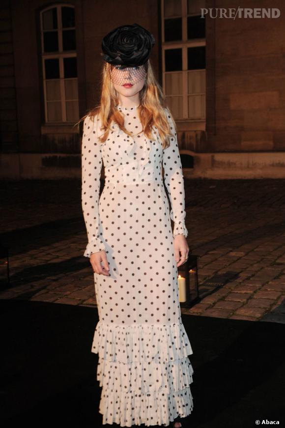 Léa en longue robe gothique à pois est méconnaissable. Un choix judicieux et bien assumé.