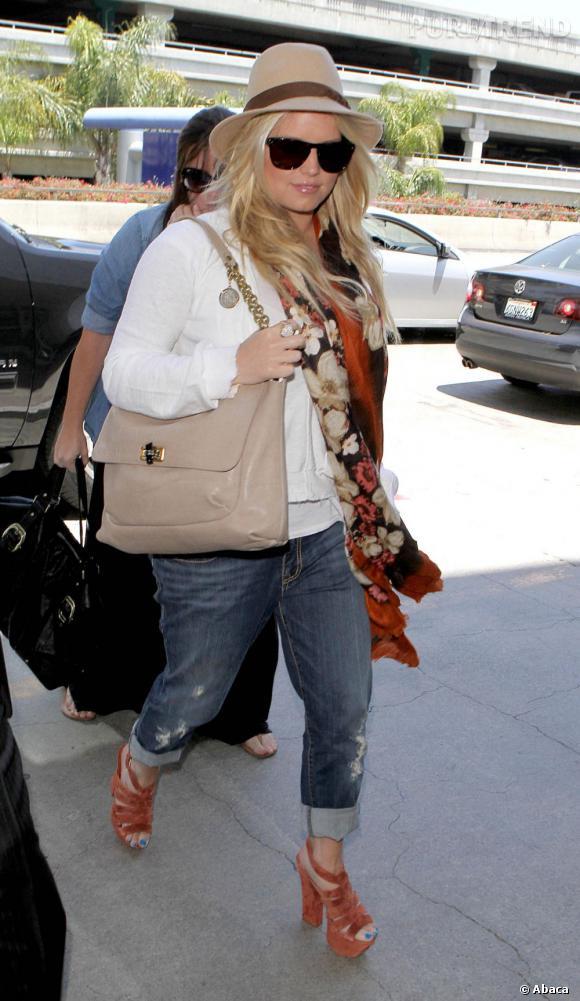 Jessica Simpson, à l'aéroport de Los Angeles, s'accroche à son Lanvin.