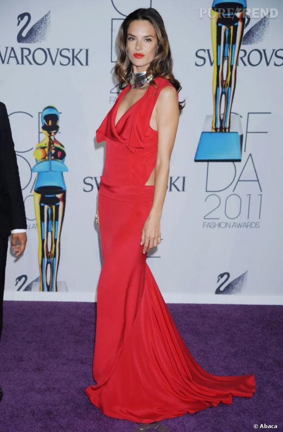 Alessandra Ambrosio, glamour dans sa robe signée Prabal Gurung.