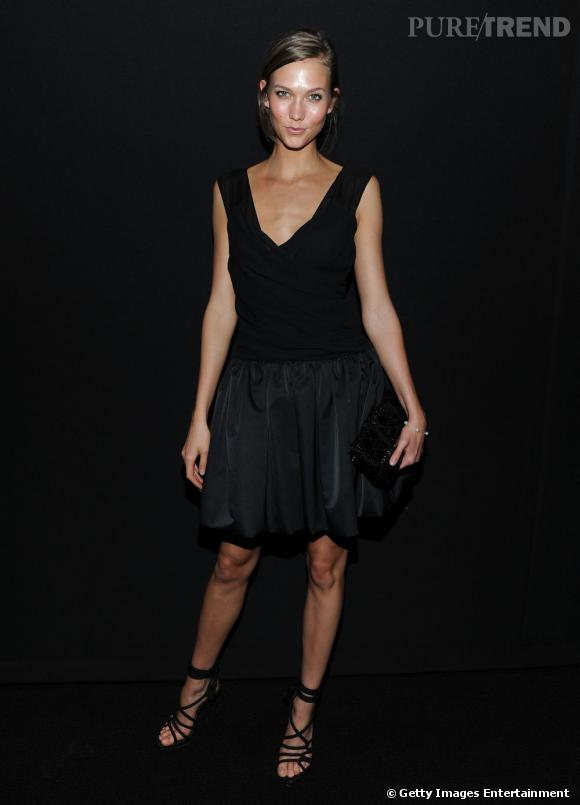 """Karlie Kloss se met au chic minimaliste noir pour la soirée de lancement de la montre """" Dior VIII """"."""