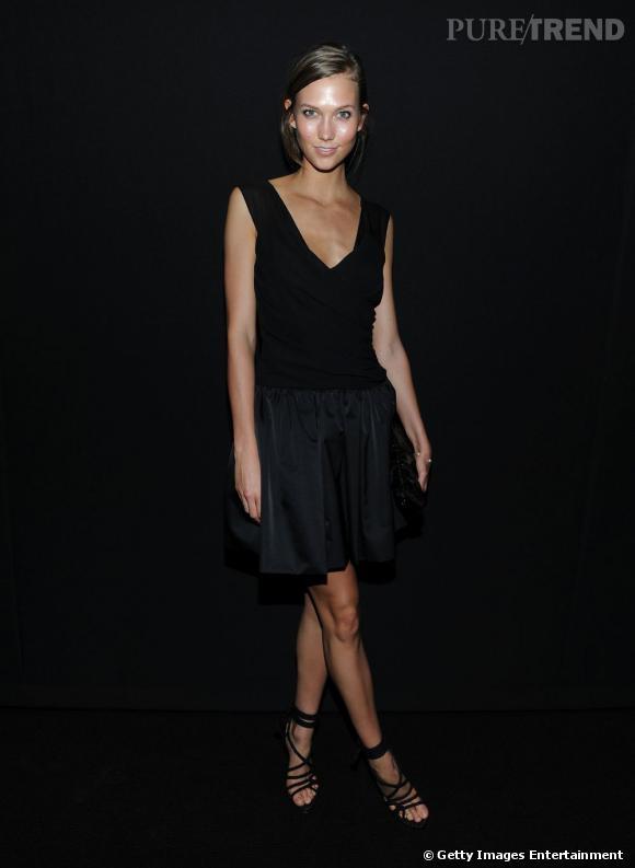 Pour habiller une tenue monochrome, on mise sur les matières : jupe en satin, top en soie, chaussures cordelettes.