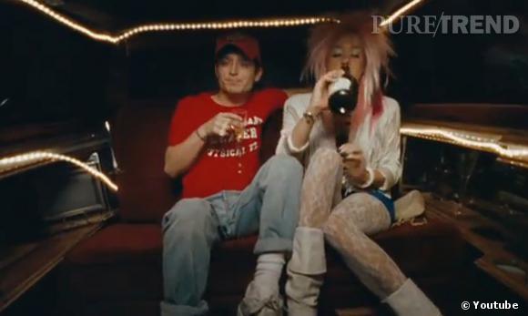 Chloë Sevigny méconnaissable dégaine sa perruque rose et ses bottes blanches, la classe !
