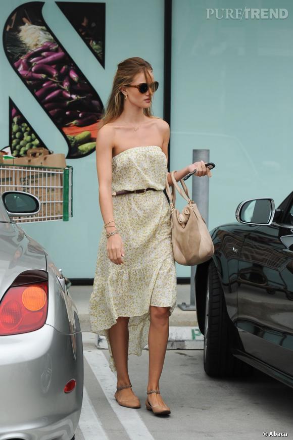 Rosie Huntington-Whiteley : retour à la normale en robe fleurie et ballerines.