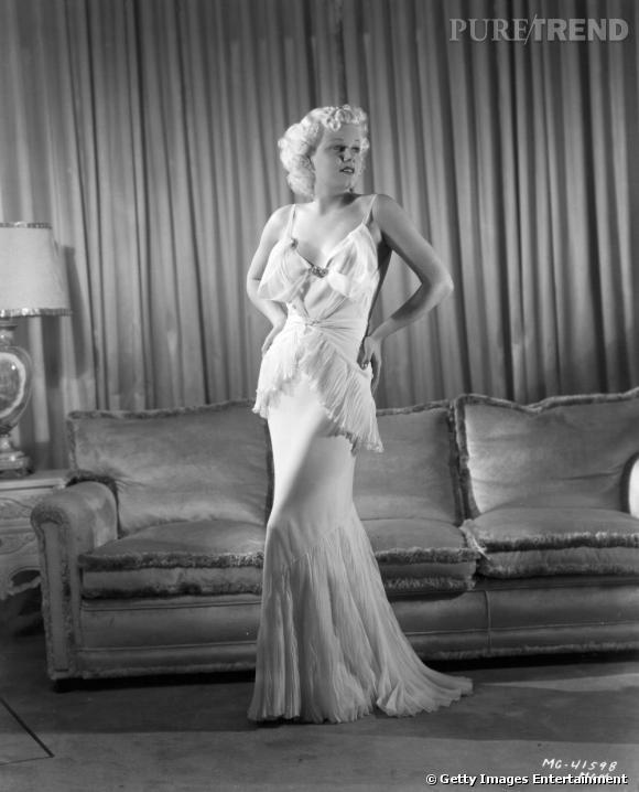 """Jean Harlow s'impose comme la blonde culte par excellence puisqu'elle est la première actrice blonde platine. Désormais surnommée la """"Bombe Platine"""", elle ouvre dans les années 30, la voix aux blondes femmes fatales."""