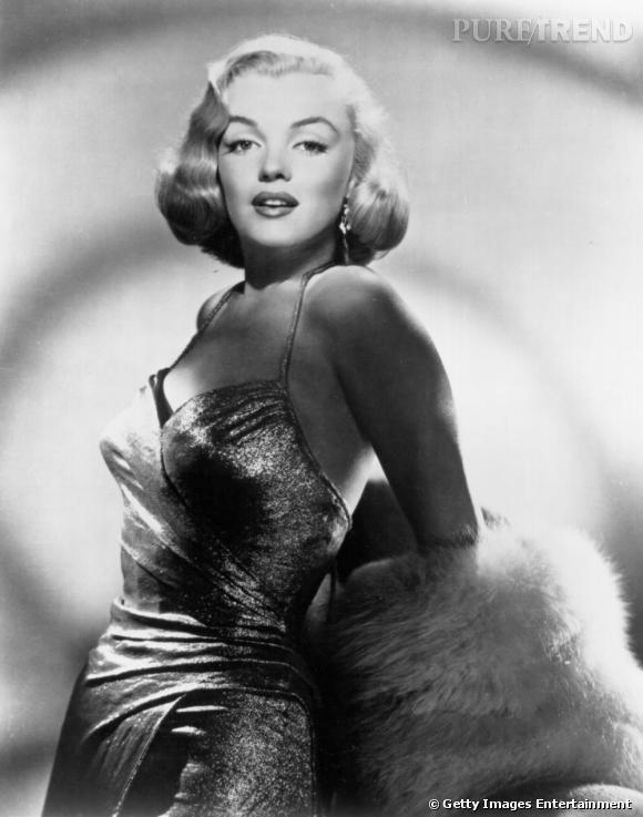Blonde fatale par excellence, Marilyn joue tout autant de sa crinière que de ses courbes et prend souvent la pose dans des robes ultra glamour et sensuelles.