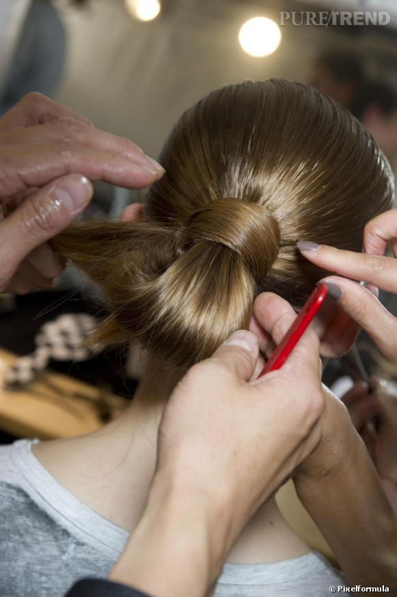 Chignon plat : mode d'emploi    La chevelure doit s'enrouler seulement autour de la base du chignon.