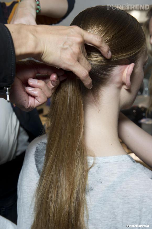 Chignon plat : mode d'emploi  Etape 1 : la pony tail. La base de cette coiffure est une queue de cheval. L'astuce la porter  assez basse pour obtenir la même allure que celle du défilé.