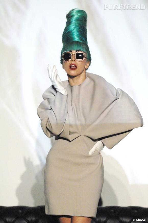 Marge Simpson, nouvelle inspiration coiffure L'extravagante Lady Gaga n'en est pas à son premier essai version coiffure de dessins animés et misait, il y a quelques jours, sur une perruque verte en forme de cône. Un hommage capillaire à Marge Simpson.