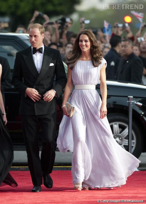 """Pour donner du glamour à sa longue robe, Kate Middleton mise sur des sandales glitter couleur champagne signées Jimmy Choo, un objet désormais """"wanted"""" !"""