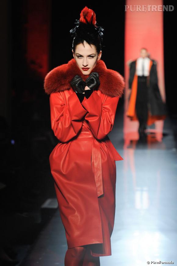 FOURRURE  L'industrie de la mode ne semble pas prête à boycotter la fourrure, n'en déplaise à la Peta. La peau de bête trust toujours les podiums, par petites touches ou total look, plus assumée que jamais. Rouge sang chez Jean-Paul Gaultier et Alexandre Vauthier, immaculée chez Alaïa et Yiqing Yin, le manteau Couture de l'hiver est en fourrure, un point c'est tout.  Défilé Jean-Paul Gaultier Haute Couture automne-hiver 2012.