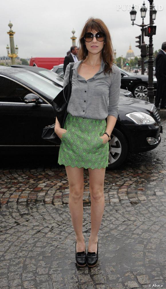 Charlotte Gainsbourg se rend à la Fashion Week, pour le défilé Balenciaga en octobre 2010. Jupe de la marque et top légèrement entrouvert sont de mise, un ensemble résolument tendance.