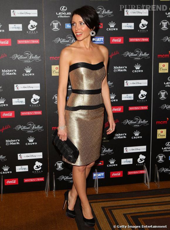 La petite soeur de Kylie Minogue fait dans la sobriété en arborant des accessoires noirs.