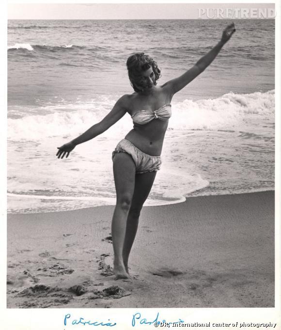 """Le maillot """"Atome"""" de Jacques Heim crée en 1932 est le précurseur du bikini. Il dévoile un peu plus le corps que le maillot-gaine deux pièces."""