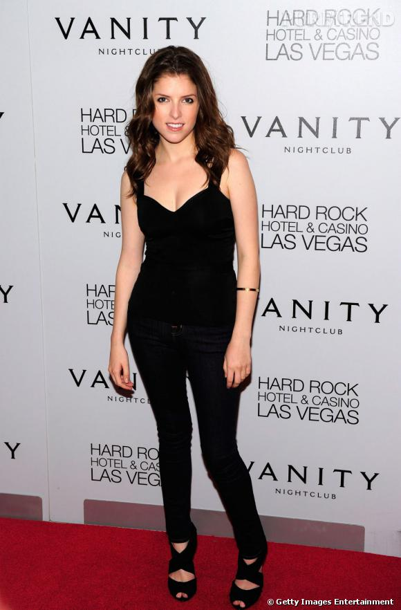 Anna Kendrick, tout de noir vêtue pour son 26ème anniversaire sur le red carpet du nighclub Vanity, à Las Vegas.