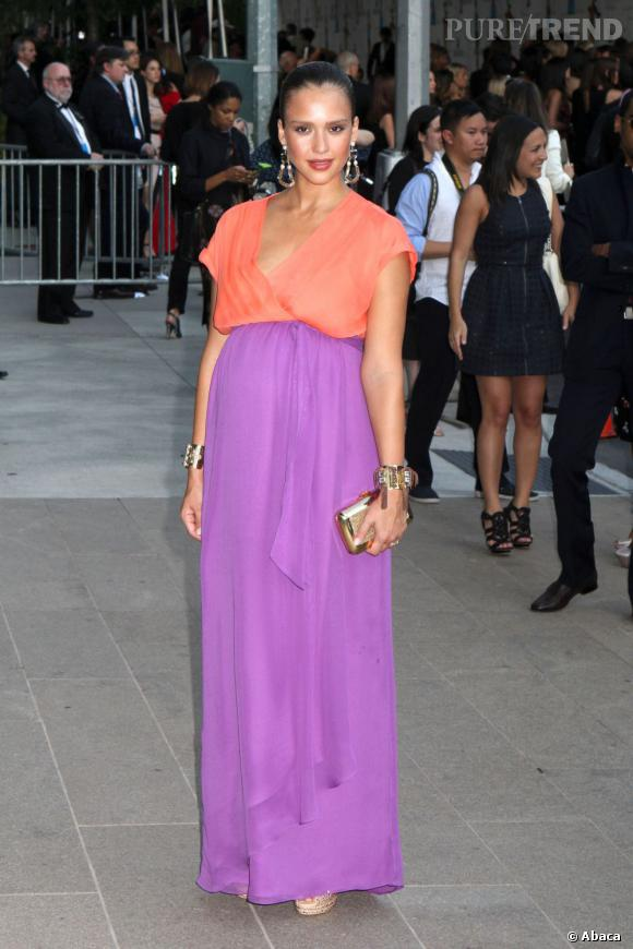 Jessica Alba fait rimer grossesse et mode dans cette robe bicolore Diane Von Furstenberg qui lui va à ravir.