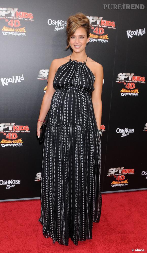 """Pour l'avant-première de """"Spy Kids 4"""", c'est une robe Dolce & Gabbana que l'actrice arbore, parsemée d'étoiles."""