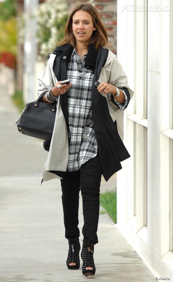 Lorsqu'on est enceinte, la chemise à carreaux est confortable, et Jessica s'applique à la twister avec une paire de boots rock.