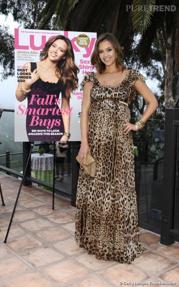 Une fois de plus, Jessica Alba mise sur Dolce & Gabbana pour habiller son ventre rond avec classe et audace.