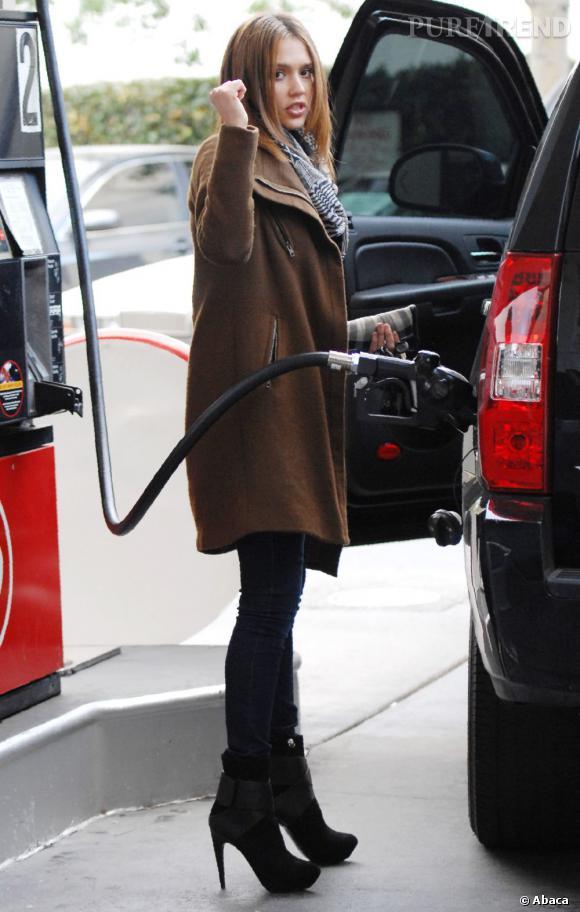 Jessica Alba, fière d'avoir trouvé l'entrée de son réservoir. Visiblement, elle est plus calée en talons vertigineux qu'en essence.