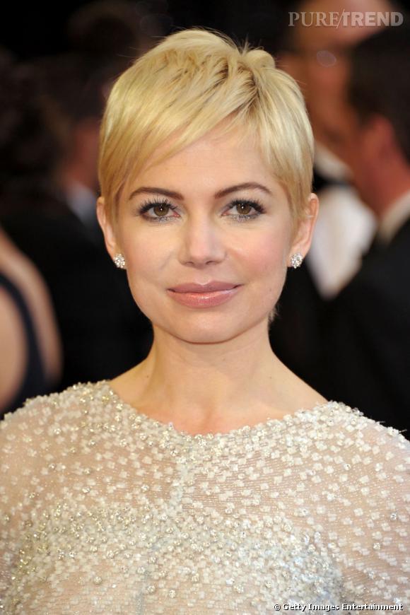 Coiffure visage rond         Changement radical pour l'actrice qui coupe ses cheveux et opte pour un blond très clair. Avec un visage rond, le pari était risqué, mais cette coupe lui va comme un gant et fait grimper son potentiel glamour.