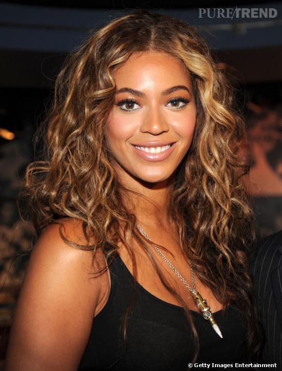 Coiffure visage ovale          Beyoncé  est la pro du  wavy . Sa chevelure, elle la porte longue et ondulée, une combinaison qui marche à merveille sur elle.