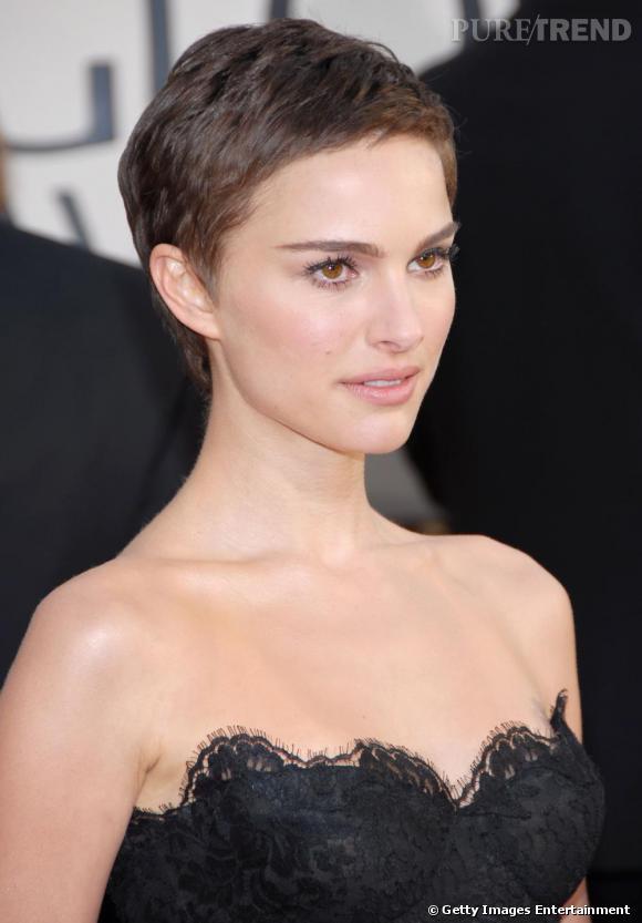Coiffure visage fin Pour les besoins d'un film, Natalie Portman n'a pas hésité à couper court, très court même. Résultat, même avec une coupe à la garçonne, elle resplendit sur le tapis rouge. La coiffure souligne la douceur de son visage fin. Un exemple à suivre !