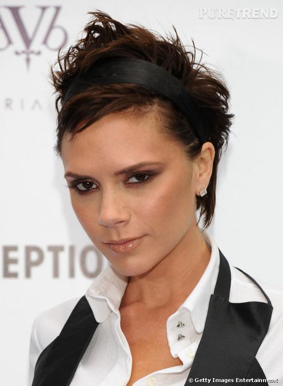L'ex-Spice Girls opte pour une version du court nettement plus  garçon manqué . Une coupe coiffée-décoiffée agrémentée d'une crête à conseiller aux audacieuses.