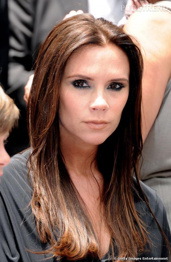 Fini le court, Victoria Beckham laisse pousser ses cheveux et arbore un long ultra-lisse. Une coiffure très (trop ?) classique qui mériterait un petit dégradé pour dégager son visage triangulaire.