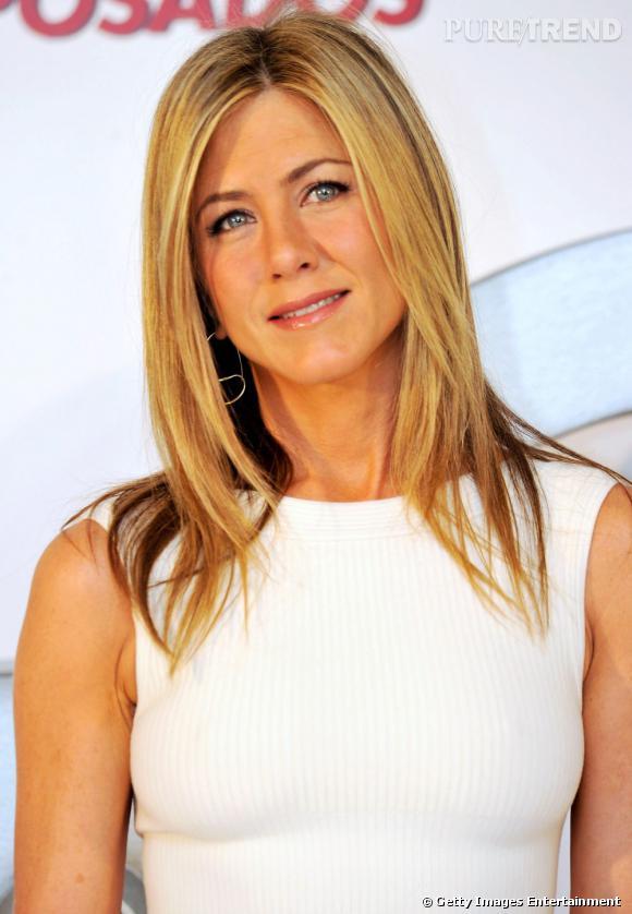 Jennifer Aniston est l'exemple parfait de cette forme de visage atypique. Pour affiner ses traits, elle est devenue l'ambassadrice du long dégradé, ici dans sa version lisse. Une coiffure qui apporte de l'harmonie à son visage triangulaire.