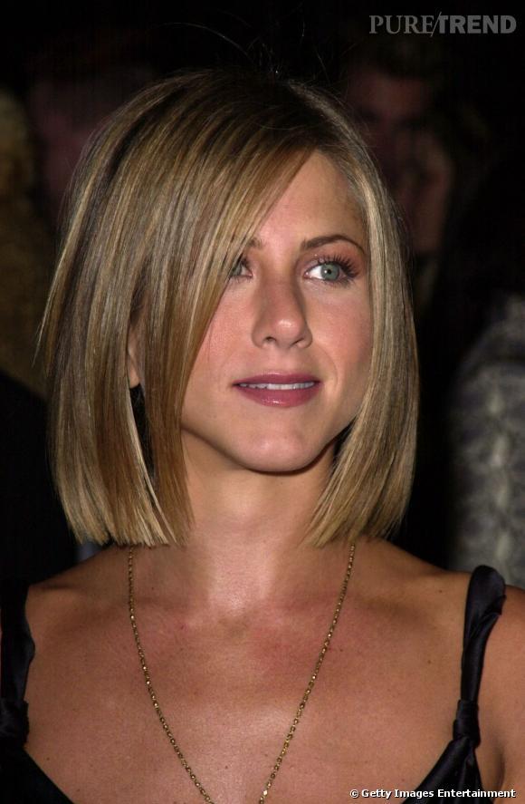 """A l'époque de  """"Friends"""" , l'Américaine change de look avec un carré court et droit. Elle garde quand même un peu de longueur pour affiner le bas de son visage et opte pour la mèche qui structure sa coiffure."""