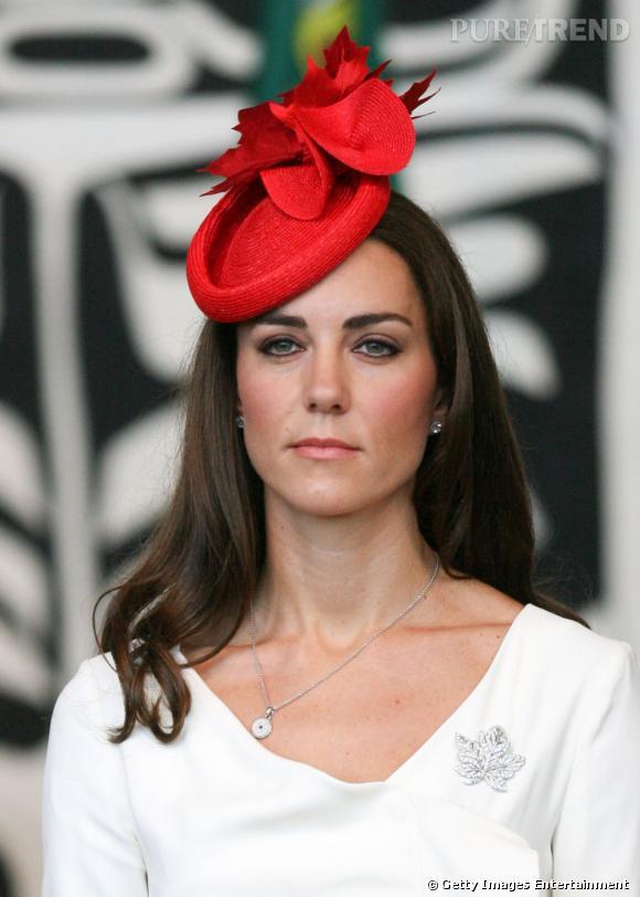 Indispensable n°1    :   Le Bibi  En visite au Canada, Kate Middleton se lâche et arbore un bibi rouge vif, agrémenté d'une feuille d'érable, symbole du pays.