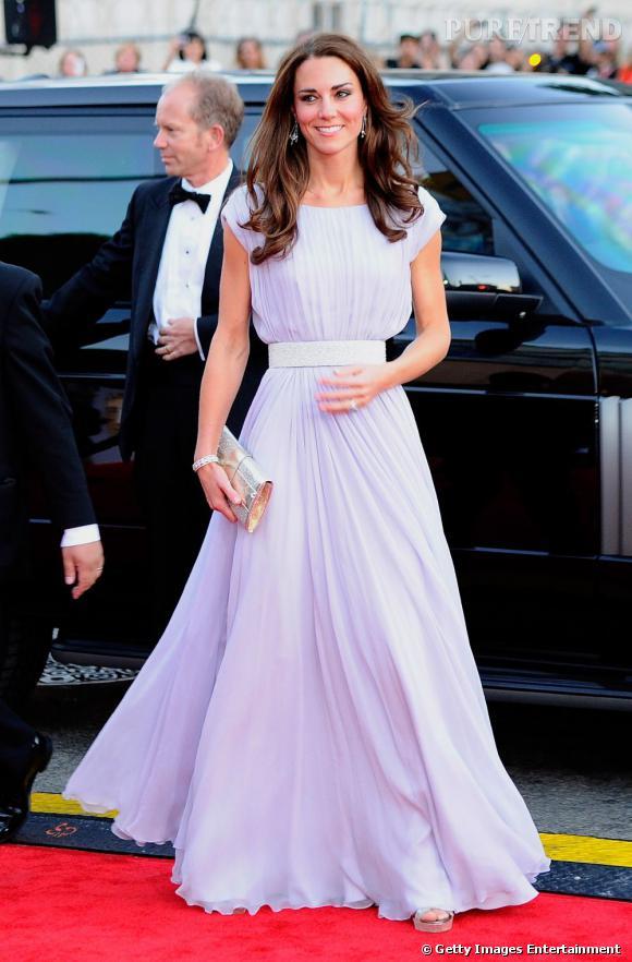 Indispensable n°5   :  la robe oversize    Glamour, la robe longue est dégainée en cas d'évènement majeur, comme les BAFTA Brits aux États-Unis, où le modèle était indispensable pour rivaliser avec les stars Hollywoodiennes.